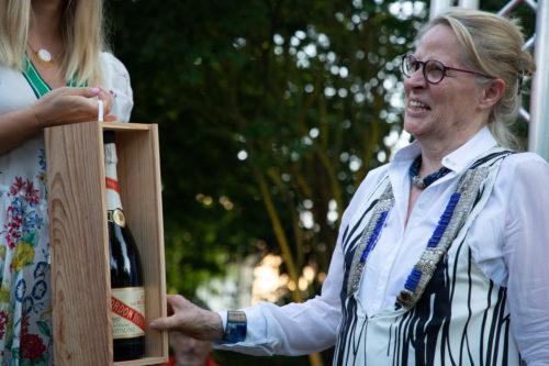 Un millesime de 30 ans est offert a Claire Taittinger en lhonneur de lanniversaire du mecenat