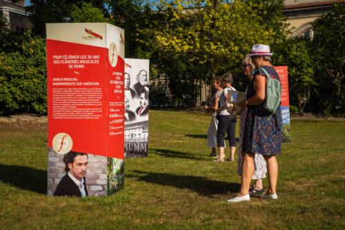 Le public decouvre lhistoire de ce mecenat de 30 ans retransscrit sur des totems dans le parc Mumm