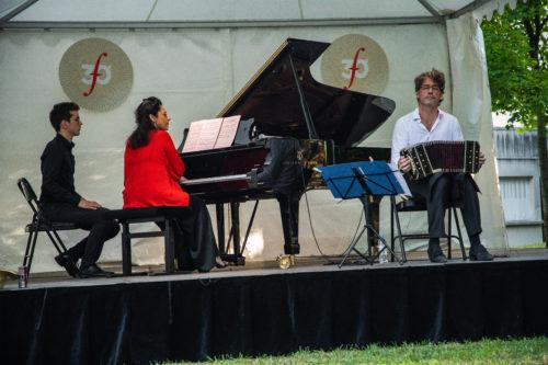 La pianiste Marcela Roggeri et le bandoneoniste Juanjo Mosalini dans le parc Mumm